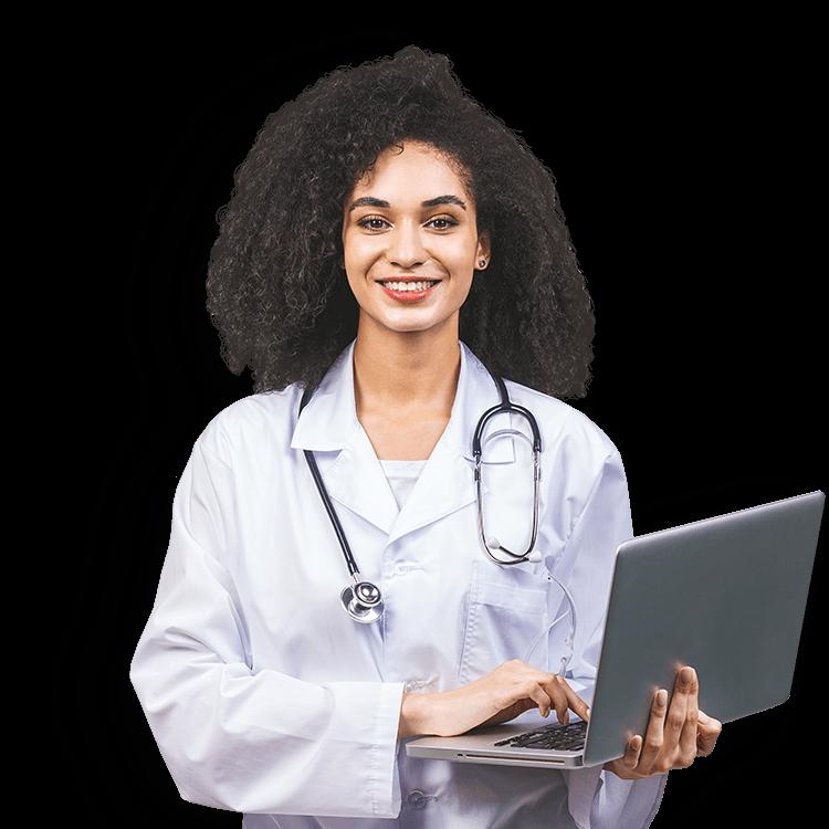Médica sorrindo e segurando um laptop