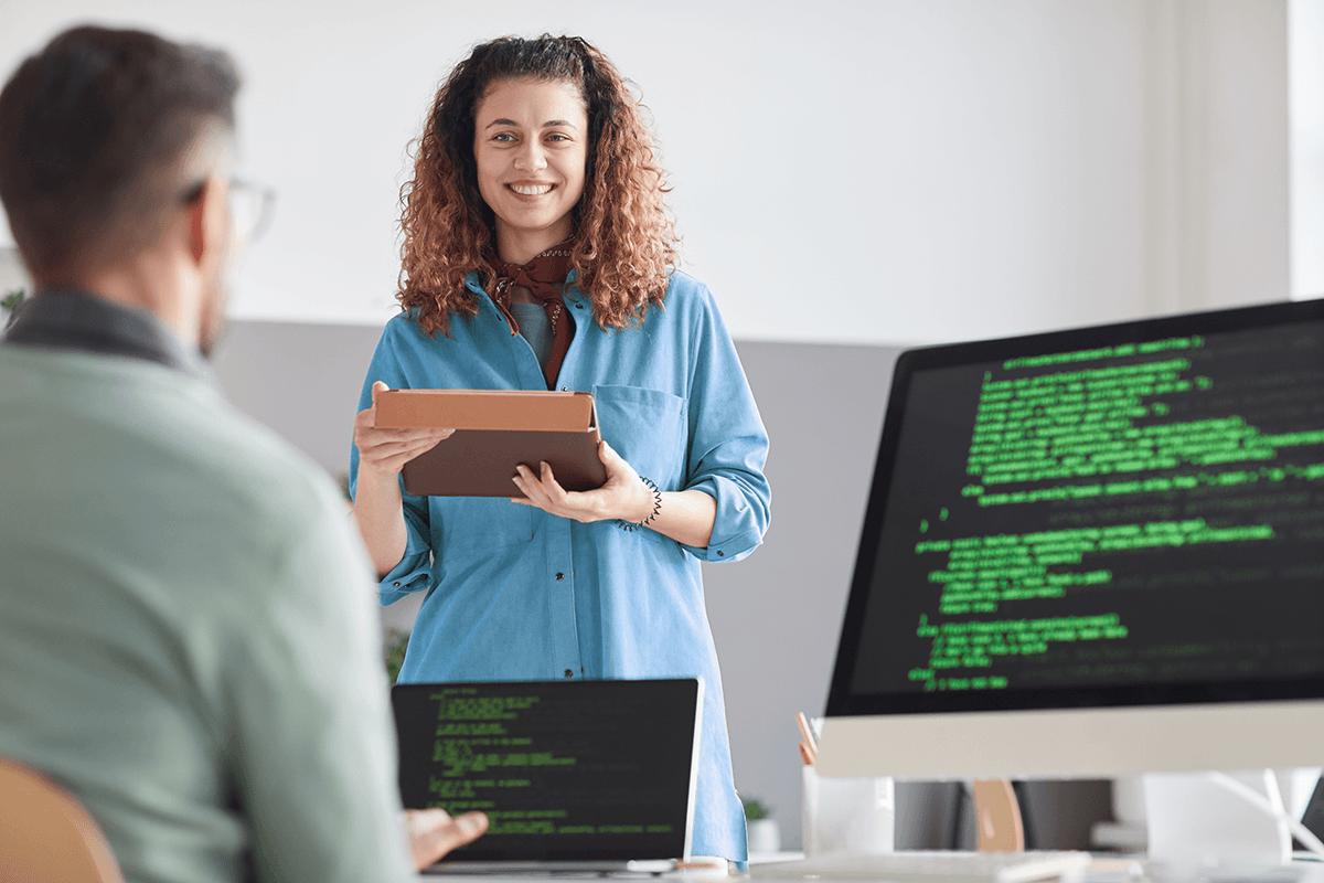Homem e mulher conversando sobre programação