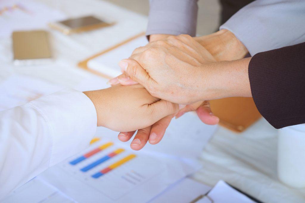 Empresários-apertando-as-mãos-consolidando-parceria
